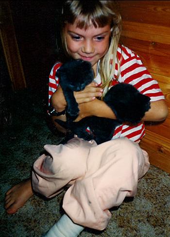 Erika Lind lapsena kissojen kera - with cats