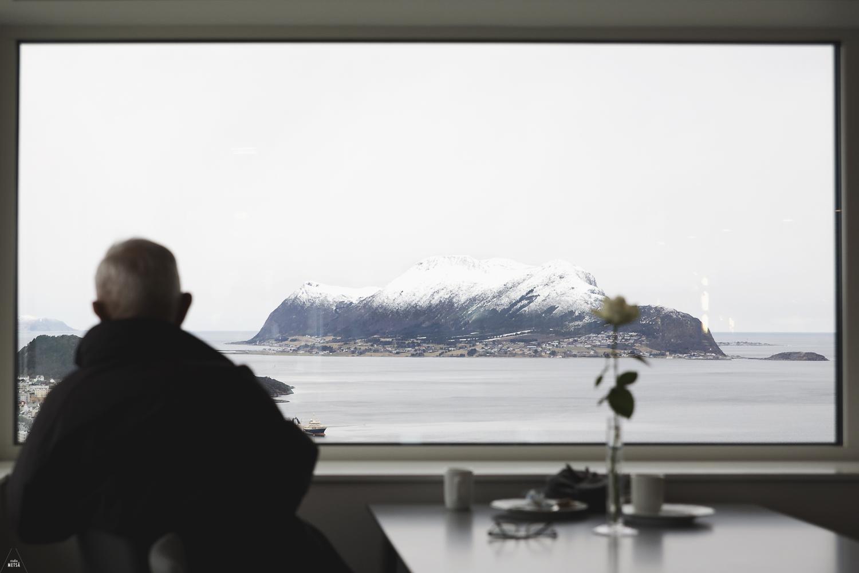 Man enjoying the view in Fjellstua restaurant Ålesund by Studio Metsä Photography