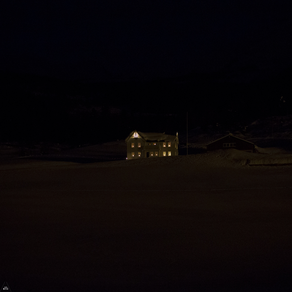 Norway-house-in-the-darkness-Studio-Metsa-Photography