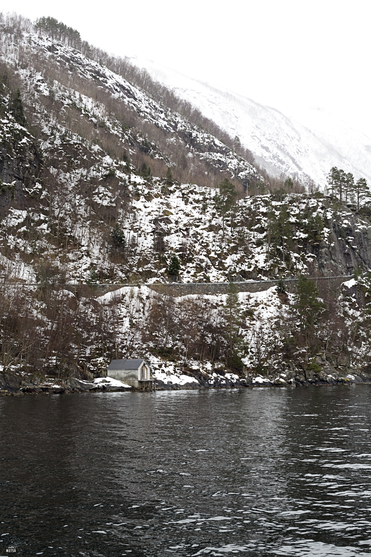 Norway-winter-landscape-mountain-house-water-Studio-Metsa-Photography