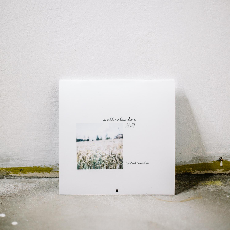 Vuoden 2019 Seinäkalenteri Mimimalistinen Maisema Valokuvaus Erika Lind Studio Metsä