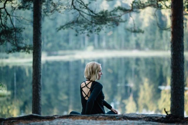 Kaunis Miia Nuuksiossa kuvaajana Erika Lind Studio Metsä Nettisivukuvaus